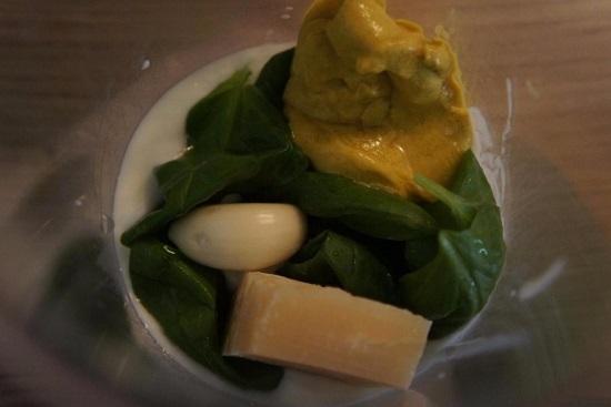 выкладываем примерно 30 г сыра сорта Пармезан