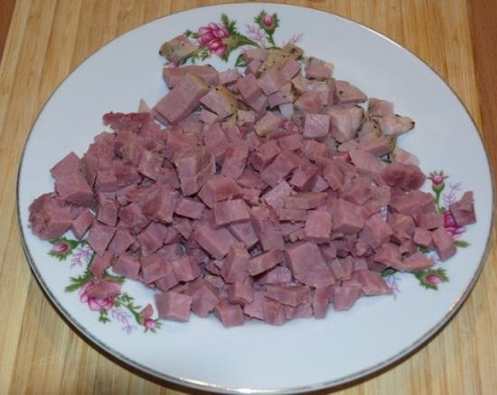 Мясные продукты шинкуем небольшими кубиками