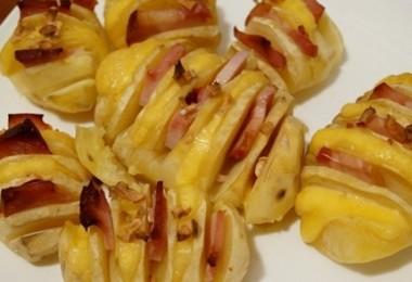 картошка-гармошка с беконом в духовке
