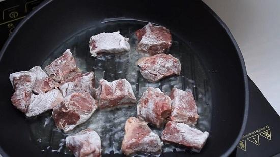 выкладываем кусочки мяса