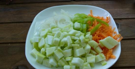 Нарежем лучок, кабачок и перец болгарский