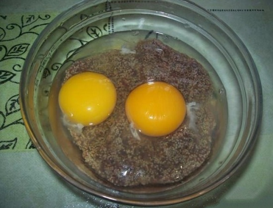 Вводим в икорную массу яйца и соль