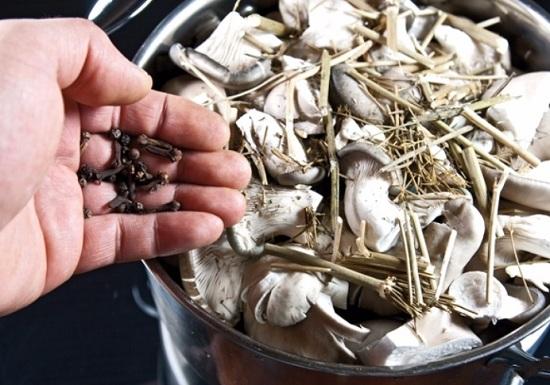 выложим в кастрюлю зерна гвоздики
