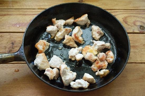Мясо индейки промываем, обсушиваем и нарезаем