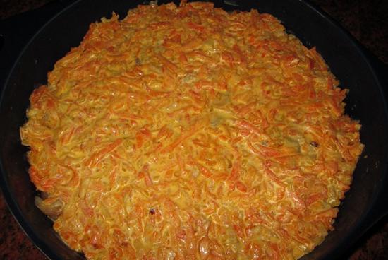 Поверх минтая распределяем овощной соус
