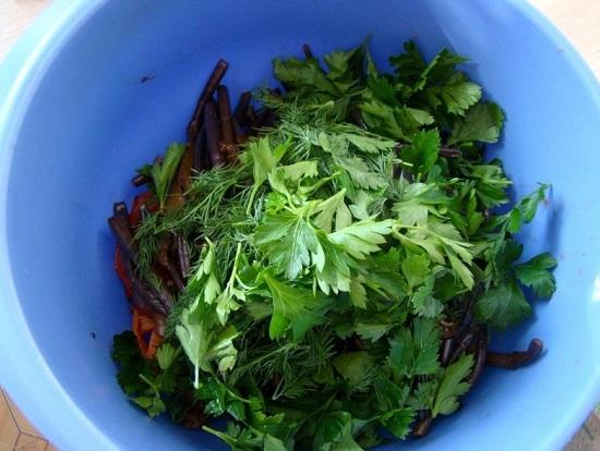 Добавляем зелень в салат