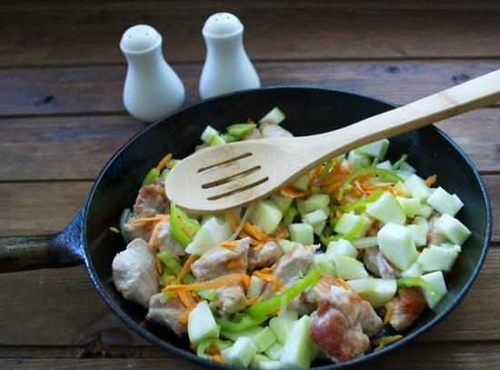 Добавим в сковороду овощи