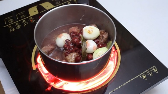 Ставим на плиту сотейник с мясом