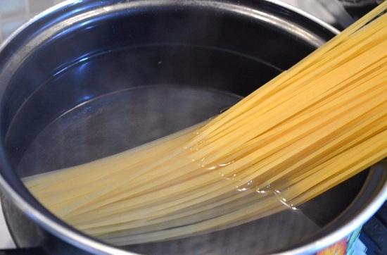 В соленой воде варим спагетти