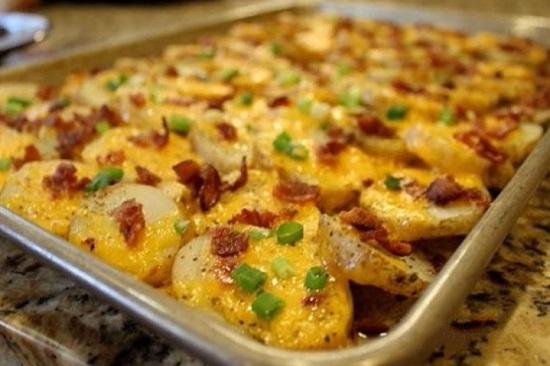 Картофель с беконом можно запечь