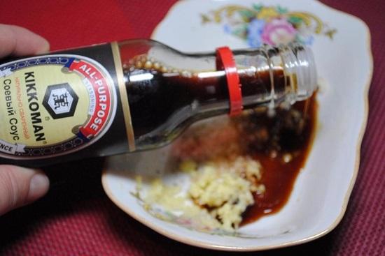 Добавляем соевый соус и перемешиваем
