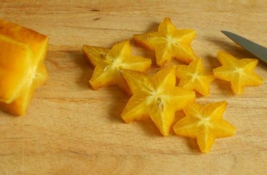 Нарезаем фрукт и вынимаем семена