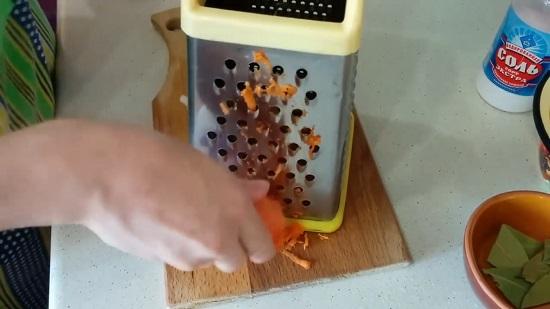натираем очищенную морковь