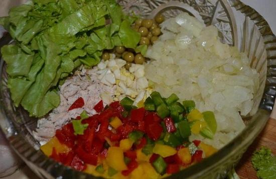 Выкладываем все ингредиенты в салатницу