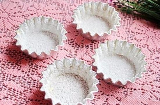 Сверху посыпаем оставшимся сахарным песком