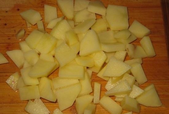закладываем картофель, варим минут пять