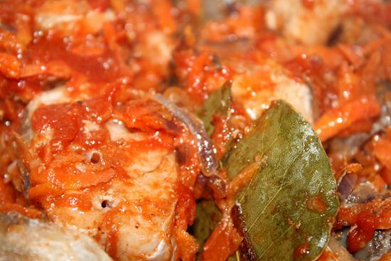 Солим блюдо и приправляем листиками лавра