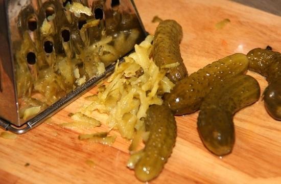 Натираем огурцы на меленькой терке