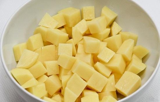 Картофельные клубни очистим и нашинкуем кубиками