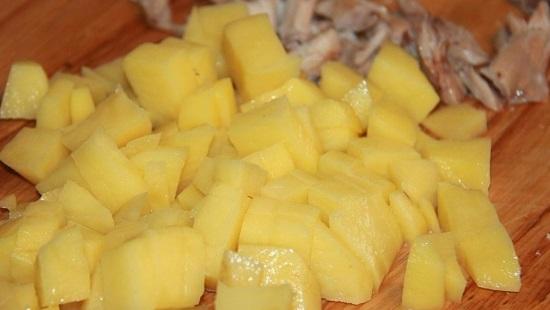 Картофельные клубни очищаем от кожуры, промываем
