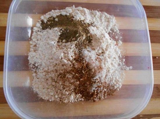 соединим просеянную муку с солью