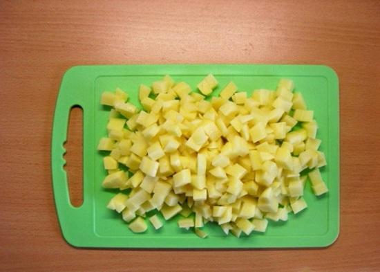 Картофельные клубни почистим и нашинкуем