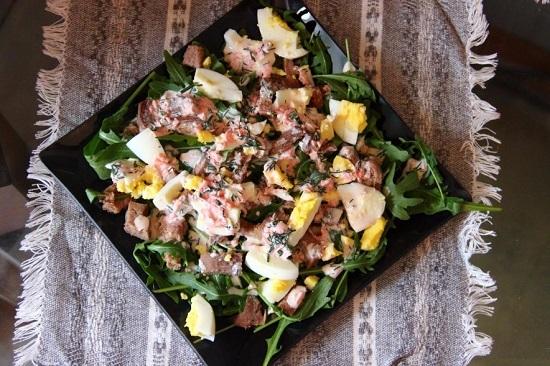 Поливаем салат приготовленной заправкой