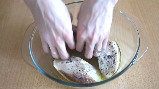натираем солью и пряностями каждый кусочек рыбного филе