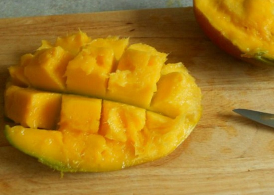 Мякоть фрукта нарежем кубиками