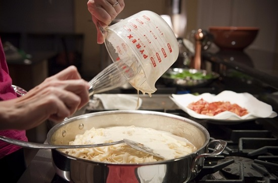 Введем сливочно-сырный соус в сковороду