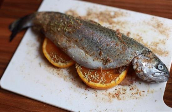 Фаршируем апельсиновыми ломтиками рыбу