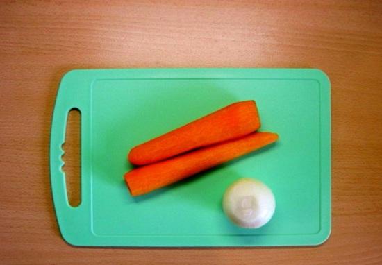 Очистим лучок и морковные корнеплоды