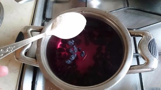 В кипящий компот добавляем сахарный песок