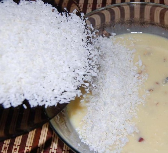 Осталось ввести в крем кокосовую стружку