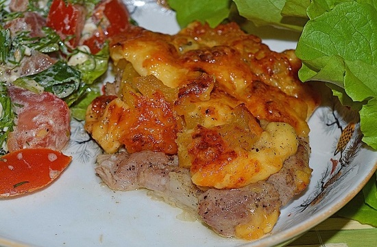 Мясо с ананасами и сыром в духовке