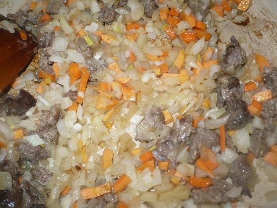Добавляем нашинкованные овощи в сковороду