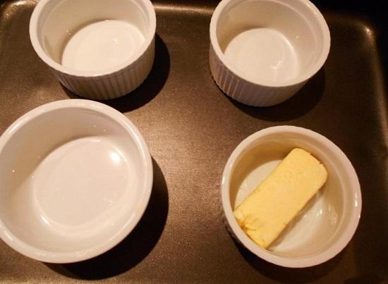 смазываем мягким сливочным маслом
