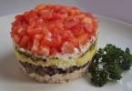 Салат «Красная шапочка» с помидорами, грибами, курицей: рецепты