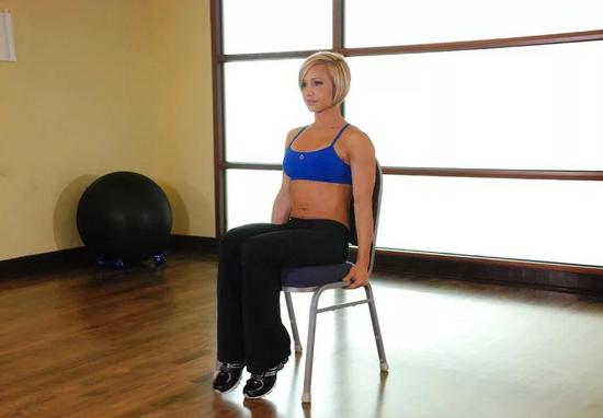 удерживание мяча между ног, сидя на стуле
