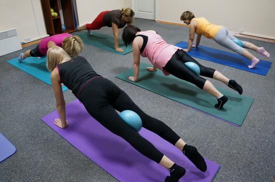 упражнение для внутренней части бедра с фитболом
