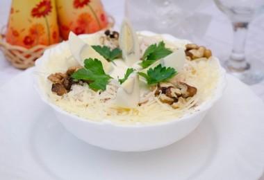 Салат «Нежность» с курицей и черносливом (огурцом, грецким орехом)