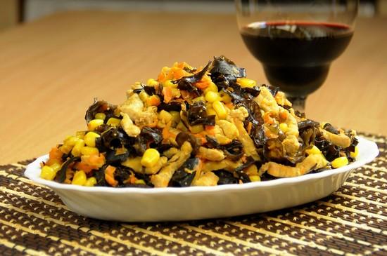Салат с древесными грибами и фунчозой рецепт