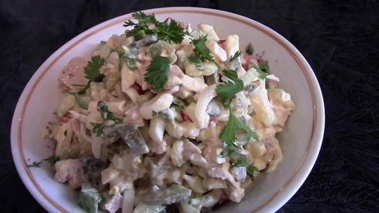 Салат из консервированных кальмаров 1