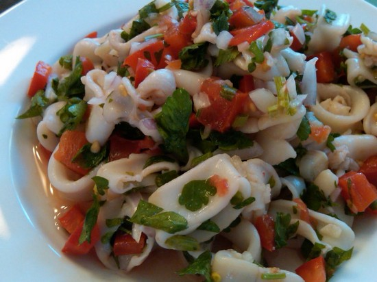 салат с консервированным кальмаром и огурцом