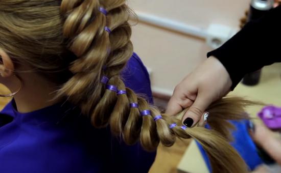 плетение четырехпрядной косы с лентой