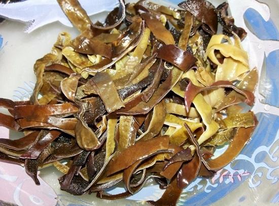 измельченные древесные грибы в салатницу