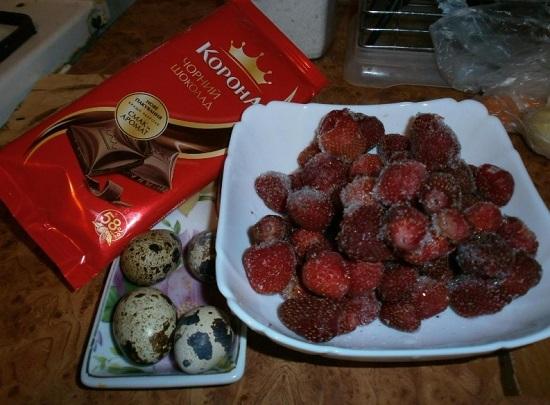 Клубничные ягоды промываем