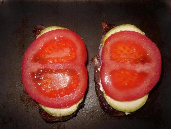 И дольки помидоров
