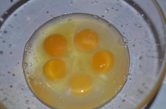 разбиваем куриные яйца