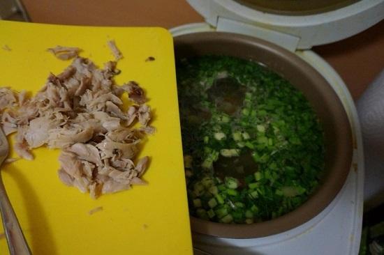 выкладываем в суп кусочки куриного мяса